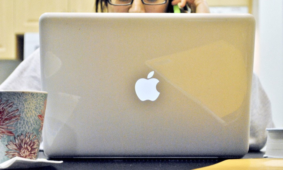 girl-with-macbook