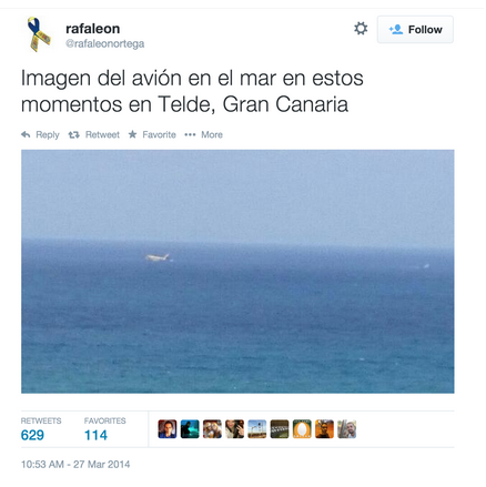 "On March 27, 2014, at 10:53 AM, @rafaleonortega, a sports reporter in the Canary Islands, tweeted ""Imagen del avión en el mar en estos momentos en Telde, Gran Canaria,"" or, in English, ""Picture of airplane on the sea right now in Telde, Canary Islands"".  (Screenshot)"
